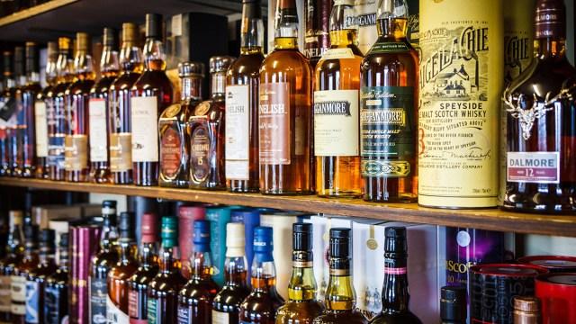 Une cave à whisky et une étagère. Deux solutions pour conserver votre whisky sans frigo